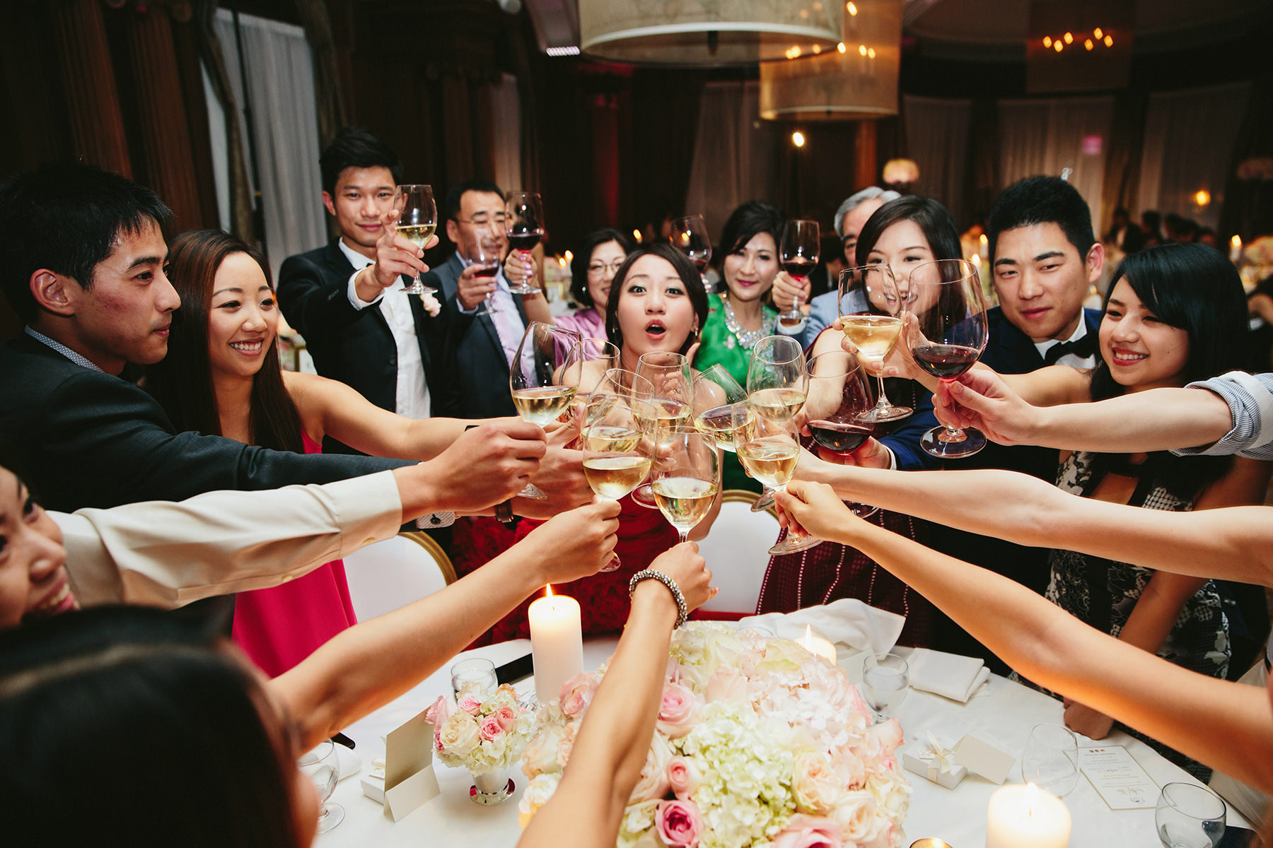 46-chinese-wedding-table-toasting - Lucida Photography